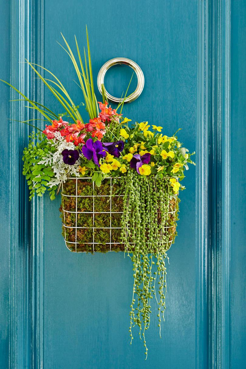 Színes Basket Door Wreath with Flowers